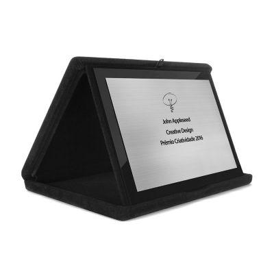 Placa de homenagem em ABS visual de aço escovado com placa de acrílico preto ao fundo em caixa de veludo.