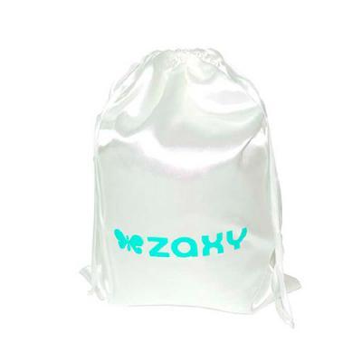 Embalagem tipo Saco em cetim branco, fechamento com fita acetinada e logo frontal. Tamanho: Perso...