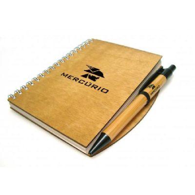 Caderno de madeira com caneta
