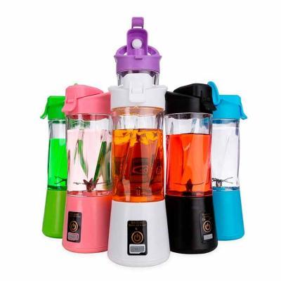 Mini liquidificador plástico com capacidade de 300ml. Contém: tampa rosqueável de polipropileno c...