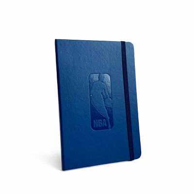 Cicero Papelaria - A caderneta Clássica é produzida com um couro sintético que recebe uma aplicação da sua marca em relevo seco ou hot-stamping (carimbo quente), preench...