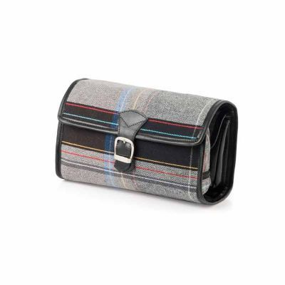 P2K Brindes - Necessaire em lona ecológica com couro, contendo bolsos internos e fechamento com fivela e botão de imã. Ref: 520  Tamanho: 26x19