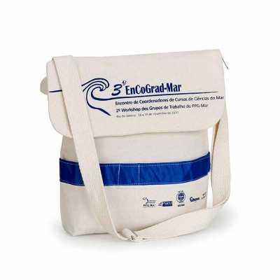 Pasta com aba em lona reciclada e alça com regulador. - Multipacks Brasil