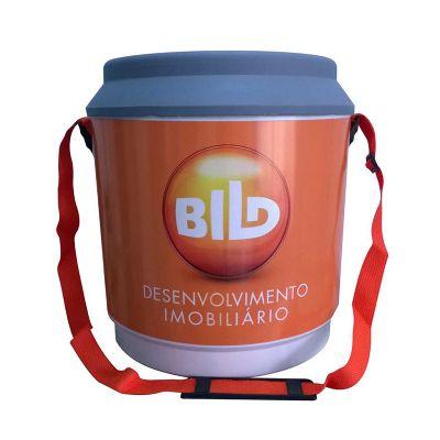 Cooler com capacidade para 24 latas com acabamento adesivado em 360º.