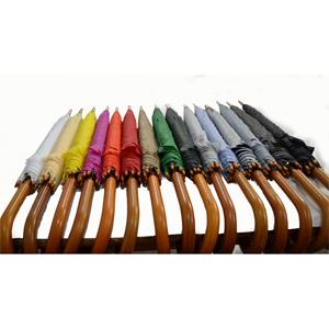 Zimi Brindes - Guarda-chuva em tecido de nylon resinado e cabo curvo em madeira