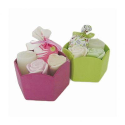 Beetrade Gift - Kit para banho personalizado, contendo um cachepô de madeira pintado, uma vela redonda, dois sabonetes em forma de rosa e um sachê em tecido.