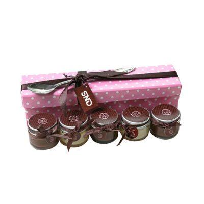 Kit brigadeiro de colher contendo 3 potinhos de brigadeiro preto, 2 potinhos de brigadeiro branco, 1 colher de sobremesa em alumínio em caixa de papel... - Beetrade Gift