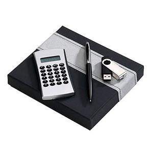 Beetrade Gift - Kit Publicitário - 1 caneta em alumínio preto com pen drive, calculadora e caixa preta com detalhe em tecido prata.