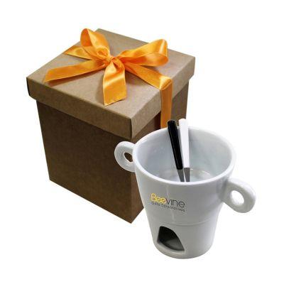 Beetrade Gift - Kit Fondue Porcelana: - 1 caneca de fondue  - 2 Garfinhos p/ fondue - 1 caixa Kraf com laço  Personalização: 1 cor.