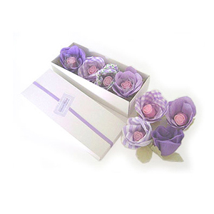 beetrade-gift - Kit dia das mulheres com 4 flores em tecidos e 4 sabonetes em botões de rosa.