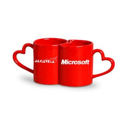Dia dos Namorados com 2 x�caras vermelhas com a al�a em formato de cora��o. Sua marca conquistando o cliente com brindes criativos!