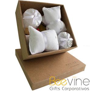 Kit relaxante contendo 2 máscaras com essência relaxante e 2 velas em caixa de MDF personalizada com silk sreen de 1 cor, decorado com pot-pourri de f...