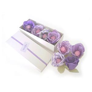 beetrade-gift - Kit higiene com 4 flores de tecidos composé e 4 sabonetes com detalhes de botões de rosa.