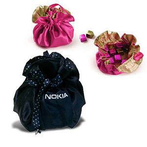 Bag Bijoux em cetim com 4 bombons e personalização bordada