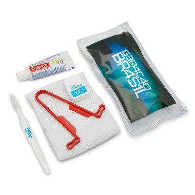 Kit higiene 6 peças, contém: uma escova de dente branca (sem gravação), uma pasta dental Colgate, um fio dental 25 m, um higienizador de língua e uma...