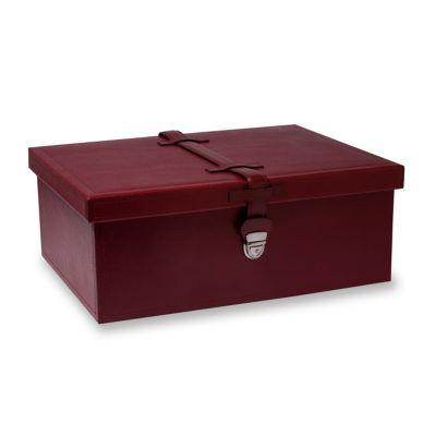 Caixa com fecho em couro vermelho.