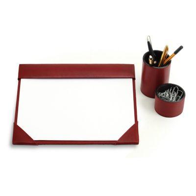 """- Kit escritório """"Beth 01"""" em couro vermelho. Conjunto de mesa para escritório com risque-rabisque A4, porta lápis e clipes. Decora e organiza a mesa de..."""