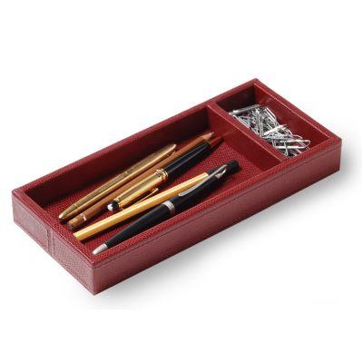 Porta-lápis e clipes em couro vermelho com costura.