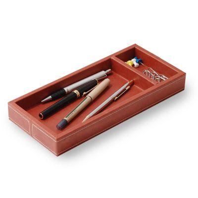 Porta-lápis e clipes em couro telha com costura.