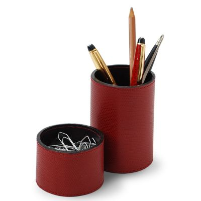 Conjunto de porta-lápis e clipes redondo em couro vermelho.