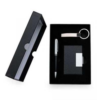 Kit escritório com caneta, chaveiro e porta-cartão de couro acondicionados em uma caixa preta