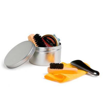 Kit de limpeza de sapatos. Com 6 peças: 1 cera incolor para sapatos, 1 flanela amarela, 2 escovas em madeira, 1 calçadeira e 1 embalagem lata. ø98 x 5... - Brindes Qualy