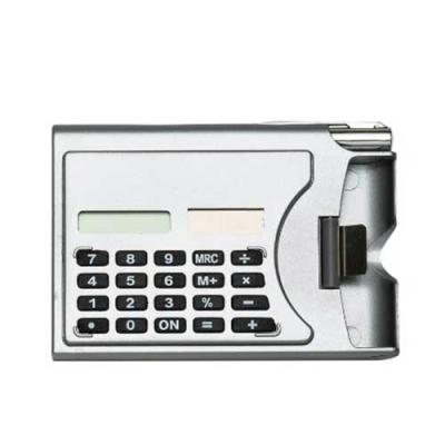 Calculadora plástica de 8 dígitos com porta cartão lateral. Acompanha caneta plástica prata com c...