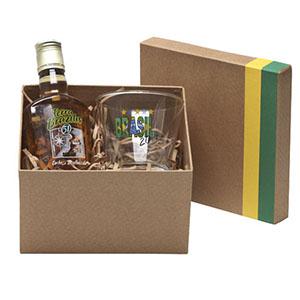 Caixa em papelão rígido com detalhes em verde e amarelo, contendo 01 garrafa de cachaça de 200 ml, 01 copo para caipirinha 300 ml