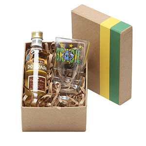 Donare Presentes - Caixa em papelão rígido, cor Kraft com detalhes em verde e amarelo, contendo 01 garrafa de cachaça Terra Dourada de 50 ml, 01 copo para cachaça 160 ml