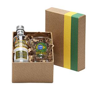 Caixa em papelão rígido com detalhes em verde e amarelo, contendo 01 garrafa de cachaça de 50 ml, 01 copo para cachaça de 60 ml - Donare Presentes