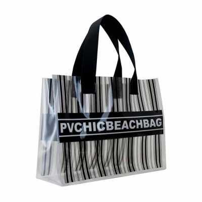 pvchic - A Sacola PVChic Beach Bag é a nossa beach bag para quem gosta de um design esporte chic. A sacola é de PVC cristal encorpado e de toque agradável. Seu...