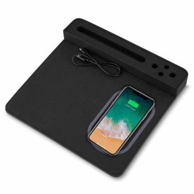 white-brindes - Mouse pad com carregador por indução, com porta lápis e suporte para celular. Em poliuretano e poliéster.  Pode ser personalizado em silk Medidas 240...
