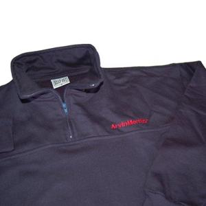 Keep Out Confecções - Blusão personalizado com zíper na gola e impressões de diferentes tipos.