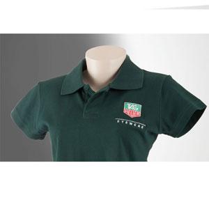 Camisa gola pólo feminina personalizada com diferentes tipos de impressão.