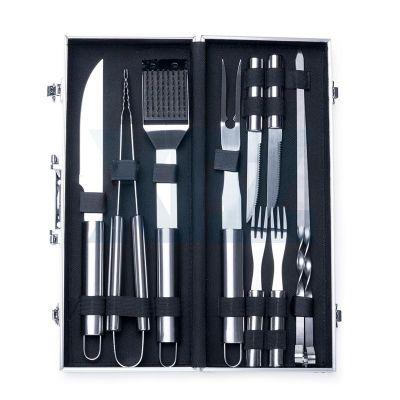 Line Brindes - Kit churrasco 10 peças em maleta de alumínio com relevo. Possui: faca, pegador, escova(com proteção plástica), garfo, duas facas de serra pequenas, do...