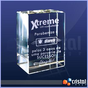 Bloco personalizado em cristal, com gravação a laser interna 2D ou 3D. Pode ser gravado na posição horizontal ou vertical. Medidas: 30 X 70 X 100 mm. - Cristal Image