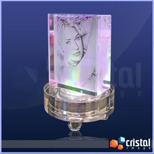 Bloco personalizado em cristal, com gravação a laser interna 2D ou 3D. Kit composto por cristal e base luminosa, ou apenas peça. - Cristal Image