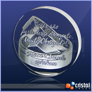 Peça personalizada em cristal com formato redondo, gravação a laser no interior da peça. Não sofre com a ação do tempo. Medidas: 20 X 60 X 60 mm. - Cristal Image