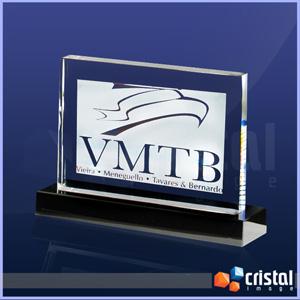 Placa Personalizada em Cristal transparente, com gravação a laser no interior da peça, base e placa de fundo em acabamento Black Piano (Preto Brilho). - Cristal Image