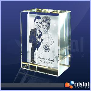 Bloco personalizado em cristal, com gravação a laser interna 2D ou 3D. Pode ser gravado na posição horizontal ou vertical. Medidas: 30 X 60 X 80 mm. - Cristal Image