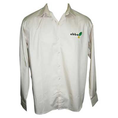 Camisa social com bordado personalizado.