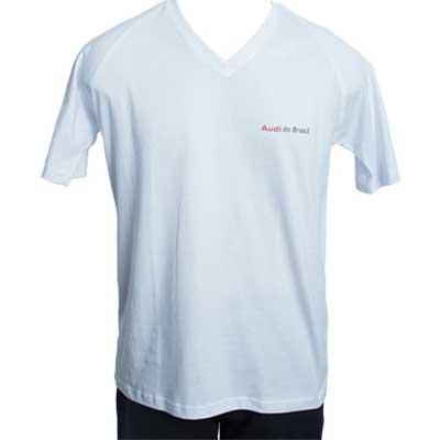 Camiseta gola V em malha e impressão em silk.
