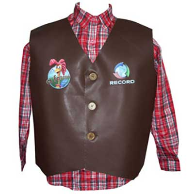 Colete de couro com gravação personalizada e camisa xadrez em tecido poliéster.