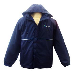 Stantex Soluções Têxteis - Jaqueta com capuz em nylon e bordado personalizado.