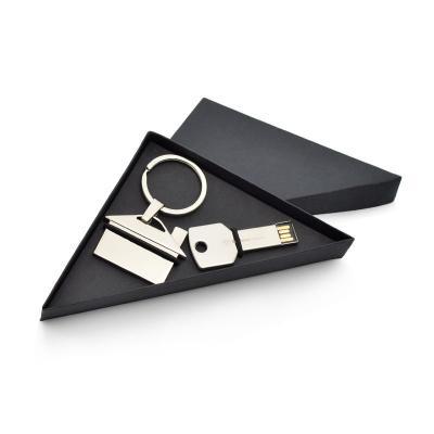 - Conjunto com chaveiro e pen drive promocionais. Acompanha estojo de cartonagem em formato triângular.