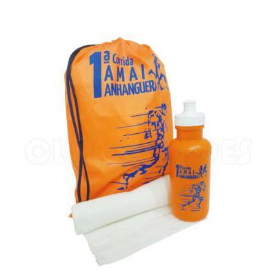 club-brindes - Kit composto por mochila saco em nylon, squeeze plástico 500 ml e toalha fitness. Disponível em várias cores. Gravação da logomarca em 1 cor já inclus...
