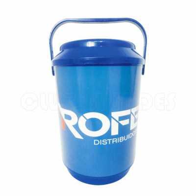club-brindes - Cooler promocional com capacidade para 08 latas, com alça fixa e isolante térmico. Gravação da logomarca através de adesivo com impressão digital.