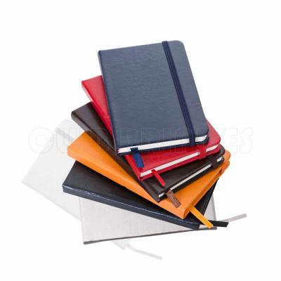Caderneta com aproximadamente 80 folhas na cor creme, folhas pautadas. Material em couro sintétic...