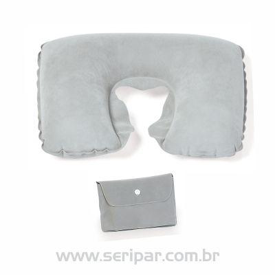 Almofada de pescoço inflável em PVC cinza. Acompanha porta almofada com fechamento em botão de pressão. Dimensões (inflado): 36x25x13cm