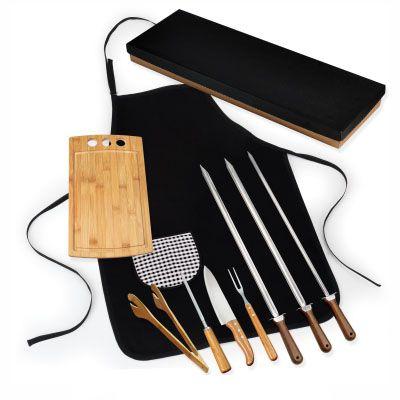 Kit churrasco.  Acompanha pegador 30cm e tábua com sulco e três furos em Bambu; faca 8'',  chaira e garfo trinchante em Bambu/Inox; dois espetos gross...